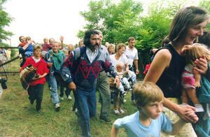 1989, σύνορα Αυστρίας-Ουγγαρίας. Περίπου 200 Ανατολικογερμανοί αιφνιδιάζουν τους Ούγγρους συνοριοφύλακες και φεύγουν τρέχοντας προς την Αυστρία. Η δίοδος είχε ανοιχτεί κατά τη διάρκεια μιας κοινής εκδήλωσης Αυστρίας και Ουγγαρίας. Οι Ανατολικογερμανοί είχ