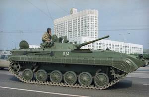 1991, Μόσχα. Ένα τεθωρακισμένο περνάει μπροστά από το κτήριο του Κοινοβουλίου της Ρωσικής Συνομοσπονδίας, στη Μόσχα, λίγες ώρες μετά την ανακοίνωση ότι ο Μιχαήλ Γκορμπατσόφ αντικαταστάθηκε από τον Γενάντι Γενάγιεφ.