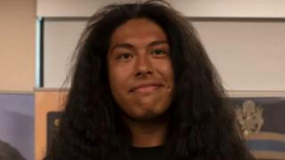 Απίστευτη αλλαγή: Έκοψε τα μαλλιά του μετά από 15 χρόνια για να καταταγεί στον στρατό