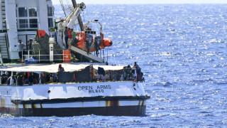 Απελπισμένοι μετανάστες του Open Arms πέφτουν στη θάλασσα για να φτάσουν στην ακτή