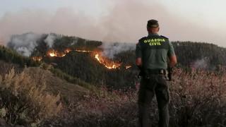 Σε ύφεση η πυρκαγιά στο Γκραν Κανάρια – Οι φλόγες έφταναν μέχρι και τα 50 μέτρα