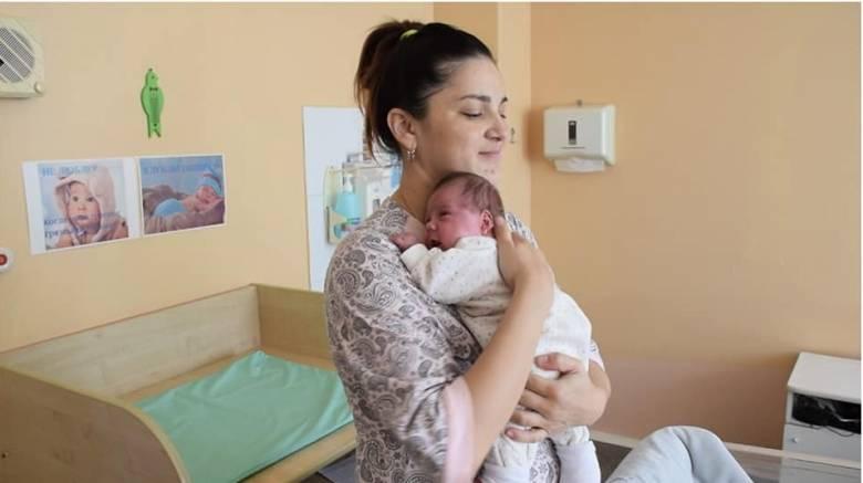 Μία στα 50 εκατομμύρια: Γέννησε δίδυμα με διαφορά... 11 εβδομάδων