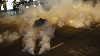 «Κίτρινα Γιλέκα» VS Χονγκ Κονγκ: Το χάσμα στην κάλυψη των ΜΜΕ στηλιτεύει γνωστός δημοσιογράφος
