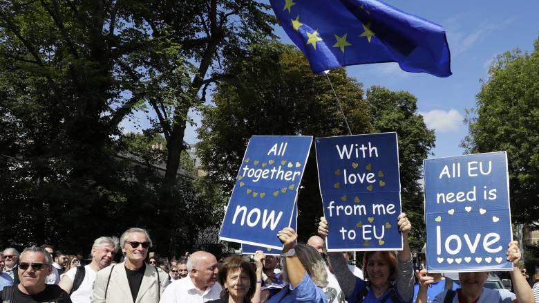 Brexit: Υπέρ της διεξαγωγής δημοψηφίσματος για οριστική συμφωνία το 52% των Βρετανών