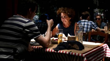 Αναψυκτήριο στο Αίγιο μοίραζε κουπόνια κόμματος αντί για αποδείξεις