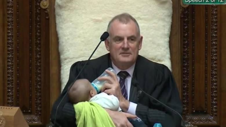 Νέα Ζηλανδία διδάσκει ξανά: Σε ρόλο... νταντάς, ο πρόεδρος της Βουλής ταΐζει νεογέννητο βουλευτή