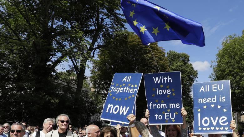 «Βουτιά» παρουσιάζει η μετανάστευση προς τη Βρετανία