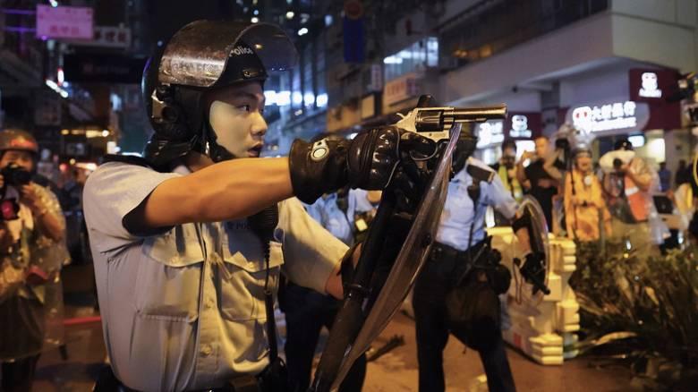 Κλιμακώνεται η βία στο Χονγκ Κονγκ: Πυροβολισμοί, αντλίες νερού και δακρυγόνα κατά διαδηλωτών