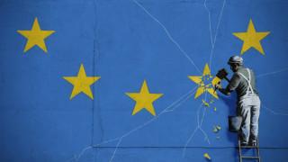 «Φτερά» έκανε το έργο του Banksy με θέμα το Brexit από τοίχο του Ντόβερ
