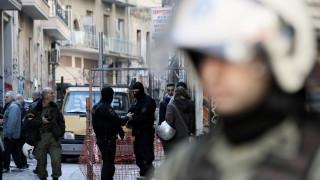 Μάσκες, κουκούλες και κοντάρια βρέθηκαν σε υπό κατάληψη κτήριο στα Εξάρχεια