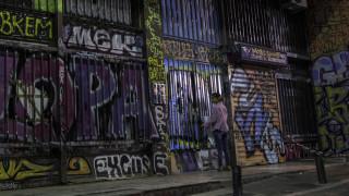 Τα γκράφιτι της κρίσης: Γιατί οι τοίχοι της Αθήνας γέμισαν ακατάληπτες μουτζούρες;
