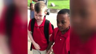 Μάθημα αλληλεγγύης: Πώς ένας 8χρονος ηρέμησε συμμαθητή του με αυτισμό