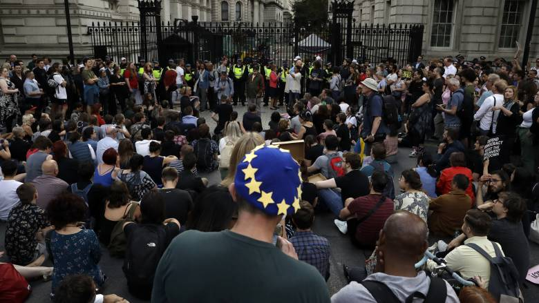 Πολιτικός «σεισμός» στη Βρετανία: Πάνω από ένα εκατ. υπογραφές για το κλείσιμο της Βουλής