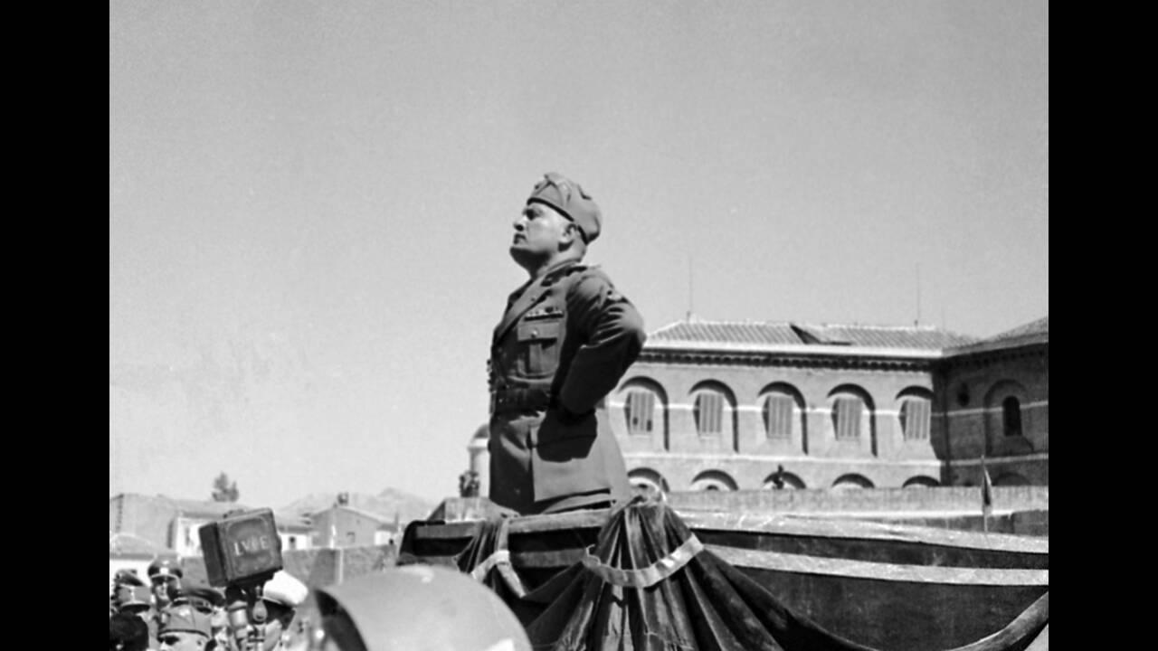 1936, Νάπολη. Ο Πρωθυπουργός της Ιταλίας, Μπενίτο Μουσολίνι απευθύνεται στα στρατεύματα, κατά τη διάρκεια άσκησης λίγο έξω από τη Νάπολη.
