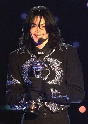 """2000, Μονακό. Ο ποπ σταρ Μάικλ Τζάκσον παραλαμβάνει το βραβείο """"Millennium Award"""", που του απονεμήθηκε στα  World Music Awards, στο Μόντε Κάρλο."""