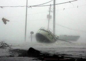 2005, Μισσισίπι. Τα κύμματα έχουν βγάλει μια βάρκα στον αυτοκινητόδρομο, καθώς ο τυφώνας Κατρίνα χτυπάει τις ακτές των ΗΠΑ στον Κόλπο του Μεξικού.
