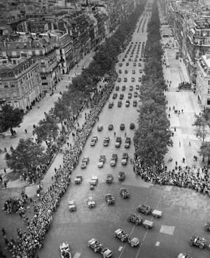 1944, Παρίσι. Οι κάτοικοι της πόλης έχουν πλυμμηρήσει τους δρόμους του Παρισιού, γιορτάζοντας την απελευθέρωσή τους από τους Ναζί.