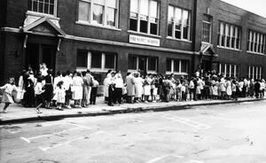 1961, Νέα Υόρκη. Γονείς με τα παιδιά τους περιμένουν στην ουρά για το εμβόλιο της πολυομυελίτιδας. Οι υπεύθυνοι ελπίζουν ότι 300.000 άνθρωποι θα εμβολιαστούν στις επόμενες 3 μέρες για να σταματήσει το ξέσπασμα της αρρώστειας.