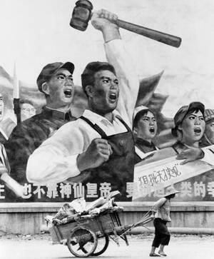 1972, Σαγκάη. Μια Κινέζα τραβάει το κάρο της μπροστά από μια γιγαντιαία αφίσα προπαγάνδας, στην οποία απεικονίζονται ένας εργάτης, ένας στρατιώτης και ένας φοιτητής.