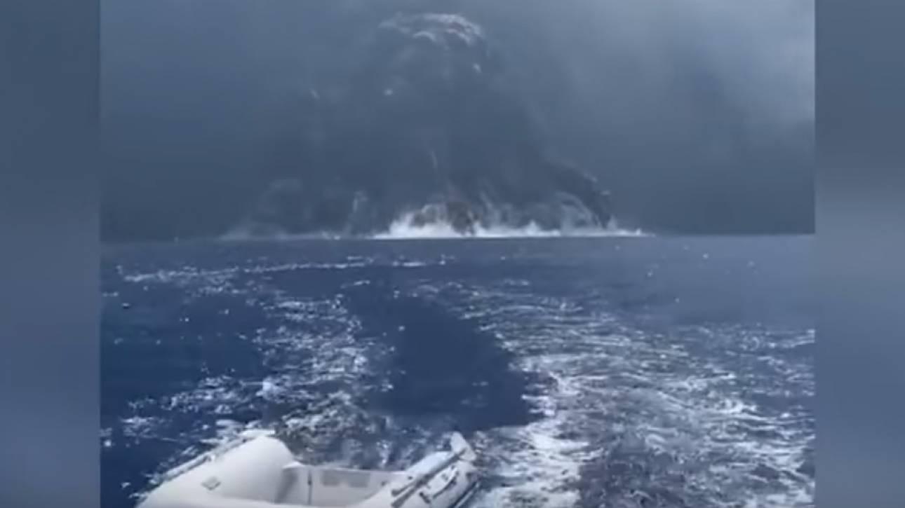 Συγκλονιστικό βίντεο: Σκάφος μια «ανάσα» από ενεργό ηφαίστειο