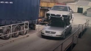 Απίστευτο και όμως αληθινό: Οδηγούσε με δεύτερο αυτοκίνητο στην οροφή του οχήματός του