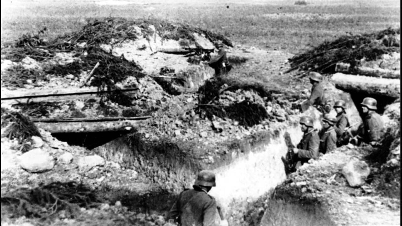 1941, Λένινγκραντ. Γερμανοί στρατιώτες στα σοβιετικά χαρακώματα που κατέλαβαν σε θέσεις κοντά στο Λένινγκραντ, το οποίο ήδη πολιορκείται.
