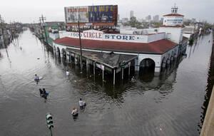 2005, Νέα Ορλεάνη. Το κέντρο της Νέας Ορλεάνης βρίσκεται κάτω από τα νερά, μετά το φονικό περασμα του τυφώνα Κατρίνα. Η στάθμη των νερών εξακολουθεί να ανεβαίνει, ενώ τα καταστήματα της πόλης βρίσκονται στο έλεος του πλιάτσικου.