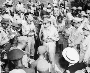 1945, Τόκιο. Ο στρατηγός Ντάγκλας ΜακΆρθουρ φτάνει στο Τόκιο και απαντά σε ερωτήσεις των δημοσιογράφων.