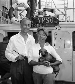 1959, Νέα Υόρκη. Ο Ζκ Ιβ Κουστό με τη σύζυγό του Σιμόν και το σκυλάκι τους, πάνω στο ωκεανογραφικό σκάφος Καλυψώ, στο λιμάνι της Νέας Υόρκης.