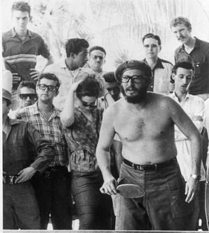 1963, Αβάνα. Ο Κουβανός Πρωθυπουργός Φιντέλ Κάστρο παίζει πινγκ πονγκ με Αμερικανους φοιτητές, οι οποίοι αψήφισαν την απαγόρευση του υπουργείου Εξωτερικών των ΗΠΑ και ταξίδεψαν στην Κούβα. Ο Κάστρο είπε ότι θα παραχωρούσε την Πρωθυπουργία σε όποιον κατάφε