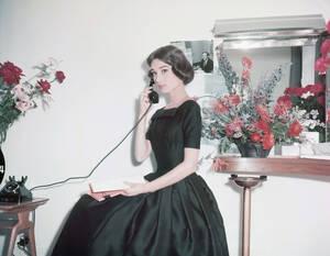 """1956, Παρίσι. Η ηθοποιός Όντρεϊ Χέπμπορν, στο Παρίσι, όπου γυρίζει την ταινία """"Love in the Afternoon""""."""
