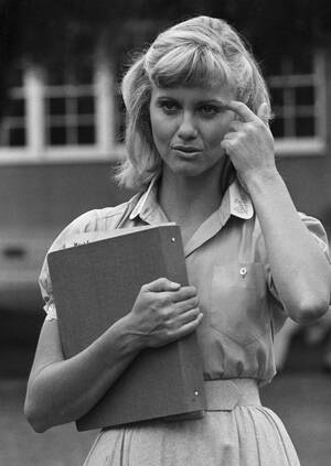 """1977, Λος Άντζελες. Η Ολίβια Νιούτον Τζον προετοιμάζεται για το ρόλο της στην ταινία """"Grease"""". Η Νιούτον Τζον θα παίξει μαζί με το Τζον Τραβόλτα."""