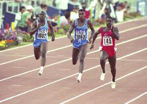 1987, Καναδάς. Ο Καναδός δρομέας Μπεν Τζόνσον (δεξιά), τερματίζει πρώτος στην κούρσα των 100 μέτρων, στο Παγκόσμιο Πρωτάθλημα Στίβου της Ρώμης. Κέρδισε τον Αμερικανό Καρλ Λιούις (στο κέντρο) και τον επίσης Αμερικανό Λι ΜακΡέι.