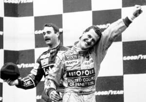 1992, Βέλγιο. Ο Γερμανός Πρωταθλητής της Φόρμουλα 1, Μάικλ Σουμάχερ πανηγυρίζει στο πόντιουμ. Πίσω του, ο νέος Πρωταθλητής, Νάιτζελ Μάνσελ από τη Μεγάλη Βρετανία. Η σεζόν είναι η τελευταία του Σουμάχερ, ο οποίος υπήρξε επτά φορές παγκόσμιος Πρωταθλητής.