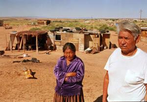 1993, Αριζόνα. Ένα ζευγάρι στέκεται μπροστά από το ερειπωμένο του σπίτι, σε ένα φαράγγι της Αριζόνα. Οι ίδιοι, όπως και εκατοντάδες άλλοι Ινδιάνοι Ναβάχο βρίσκονται σε διαμάχη για τη γη τους, με τη γειτονική φυλή των Χόπι. Έως ότου λυθεί η διαμάχη, ένας ο