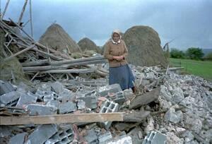 1995, έξω από το Σαράγιεβο. Μια Σέρβα στέκεται στα ερείπια του σπιτιού της το οποίο καταστράφηκε από βομβαρδιστικά του ΝΑΤΟ. Δεκάδες βομβαρδιστικά, από χώρες του ΝΑΤΟ βομβάρδισαν σέρβικες θέσεις γύρω από το Σαράγιεβο, στη μεγαλύτερη αεροπορική επιδρομή στ