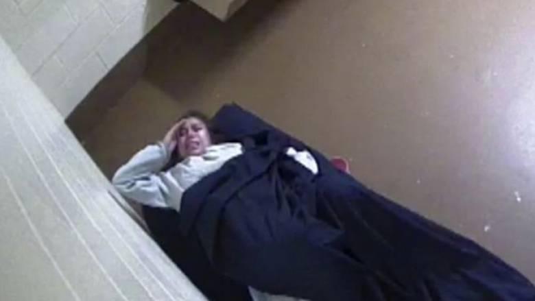 Σάλος στις ΗΠΑ: Γυναίκα γέννησε ολομόναχη μέσα στο κελί της