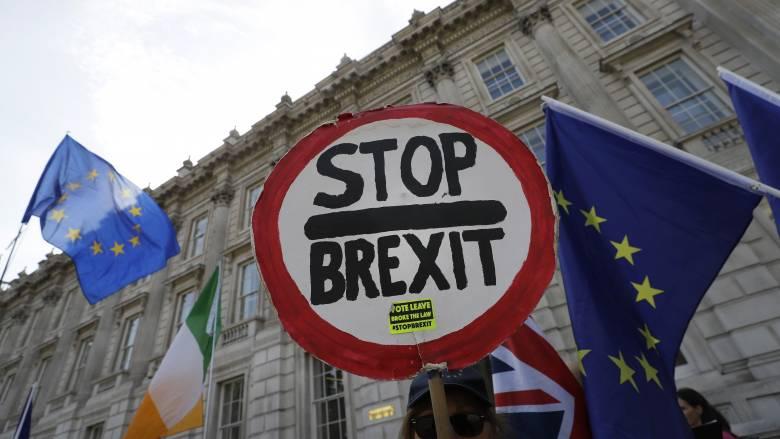 Μηνύσεις, διαδηλώσεις & ζυμώσεις: Τρία μέτωπα για τον Τζόνσον στο δρόμο προς το Brexit