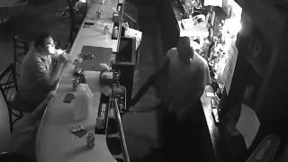 Ο πιο ψύχραιμος άνθρωπος του κόσμου; Ληστής τον σημάδευε με όπλο κι αυτός… έπινε τη μπύρα του