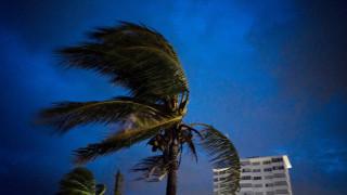 Τυφώνας Ντόριαν: Ένας νεκρός, ανυπολόγιστες καταστροφές και δραματικές προειδοποιήσεις