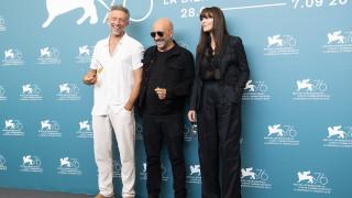 Βενετία 2019: Η Μόνικα Μπελούτσι, ο Βενσάν Κασέλ και τα παγωμένα τους χαμόγελα στην κοινή φωτογραφία