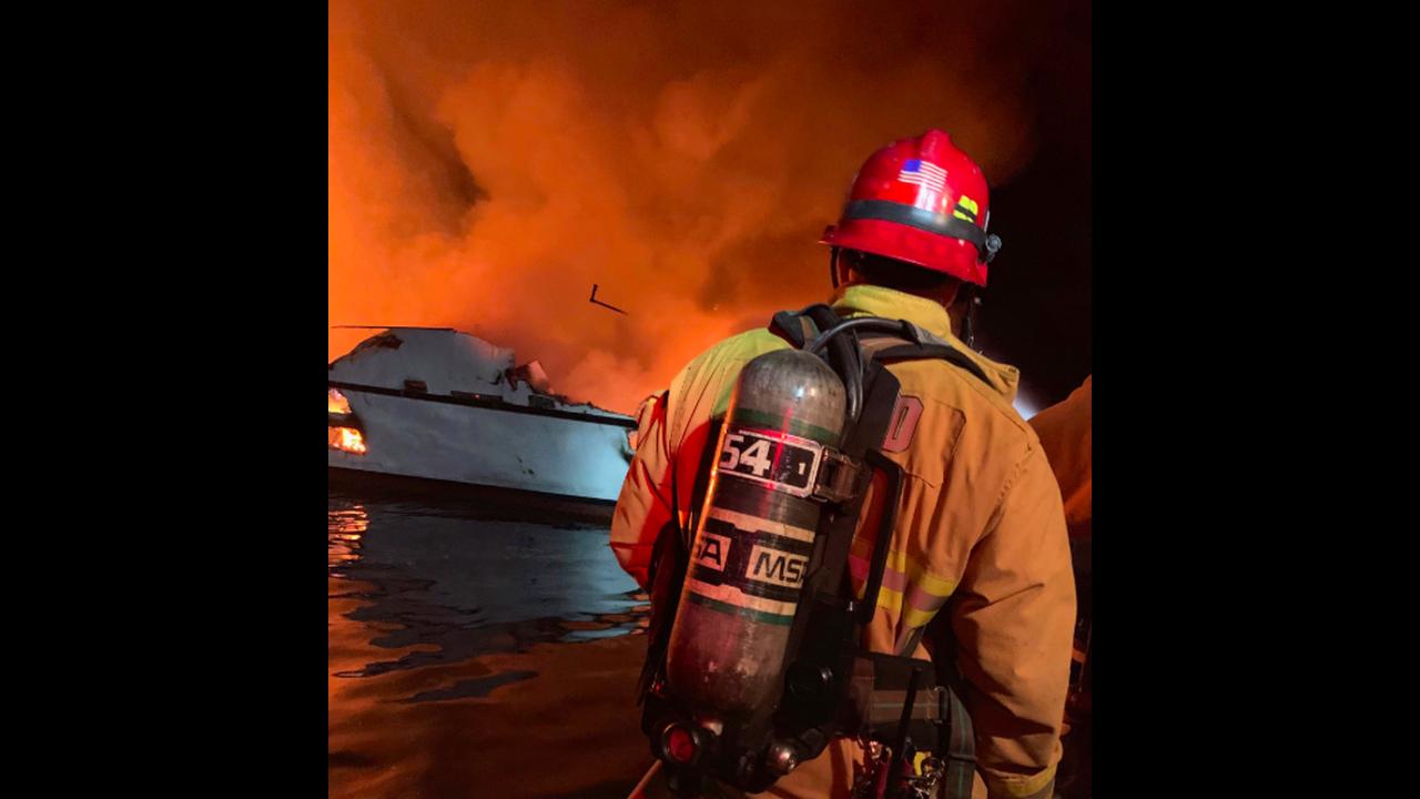 https://cdn.cnngreece.gr/media/news/2019/09/02/189331/photos/snapshot/boatfire2.png