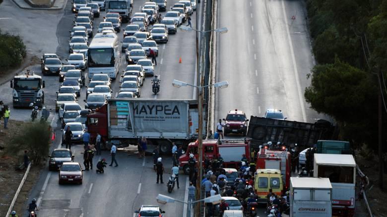 Μποτιλιάρισμα στην Αθηνών - Κορίνθου λόγω τροχαίου με νταλίκα