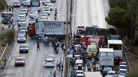 Οι πρώτες εικόνες από το τροχαίο με νταλίκα στην Εθνική Αθηνών - Κορίνθου