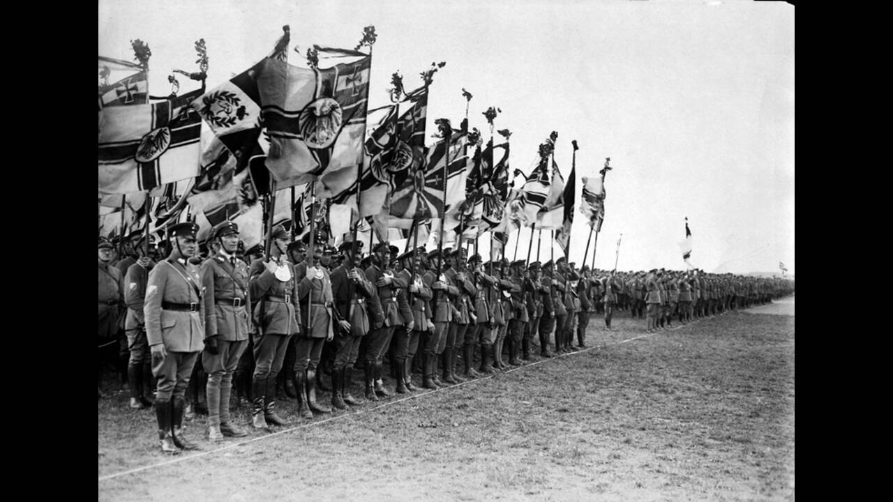1932, Βερολίνο. Μέλη του Εθνικοσοσιαλιστικού κόμματος παρελαύνουν με σημαίες στο αεροδρόμιο Τέμπελχοφ του Βερολίνου.