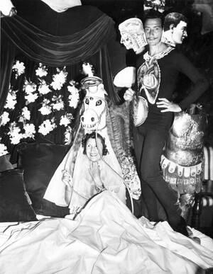"""1941, Καλιφόρνια. Ο Ισπανός σουρεαλιστής καλλιτέχνης Σαλβαδόρ Νταλί και η σύντροφός του, Γκαλά, σε πάρτι που εδωσαν στο Ντελ Μόντε της Καλιφόρνια, για να ενισχύσουν τους πρόσφυγες καλλιτέχνες. Το ζευγάρι ζήτησε από τους καλεσμένους να ντυθούν """"κακά όνειρα"""