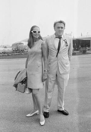 """1969, Βενετία. Ο Ιταλός σκηνοθέτης Φεντερίκο Φελίνι με τη Γαλλίδα ηθοποιό Καπισίν, στο αεροδρόμιο της Βενετίας, απ'όπου θα μεταβούν στο Λίντο. Εκεί θα παρακολουθήσουν την πρεμιέρα της ταινίας """"Satyricon""""  του σκηνοθέτη, στο πλαίσιο του Φεστιβάλ Κινηματογρ"""