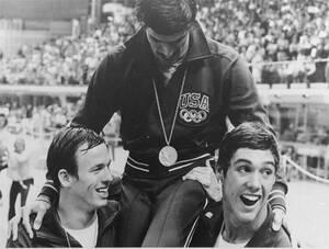 1972, Μόναχο. Ο Αμερικανός κολυμβητής Μαρκ Σπιτς με το 7ο μετάλλιό του στο λαιμό, μετά τη νίκη της αμερικανικής ομάδας 4Χ400 στους Ολυμπιακούς Αγώνες του Μονάχου.