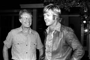 1976, Τζόρτζια. Ο υποψήφιος των Δημοκρατικών, Τζίμι Κάρτερ με τον ηθοποιό Ρόμπερτ Ρέντφορντ, στο σπίτι του πρώτου στο Πλέινς της Τζόρτζια. Ο Ρέντφορντ ήρθε εδώ για αν συνομιλήσει με τον Κάρτερ για ζητήματα οικολογίας.