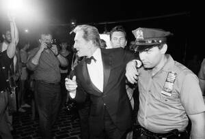 1985, Νέα Υόρκη. Ο ηθοποιός Κερκ Ντάγκλας συνοδεύεται από αστυνομικούς προκειμένου να αποφύγει τους θαυμαστές του. Ο ηθοποιός μόλις έχει γυρίσει ένα διαφημιστικό για την πόλη της Νέας Υόρκης κάτω από τη γέφυρα του Μπρούκλιν.